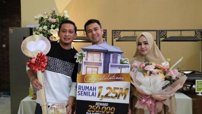 Raffi Ahmad bersama owner MS Glow Shandy Purnamasari dan Gilang Widya Pramana memberikan hadiah rumah (ist)
