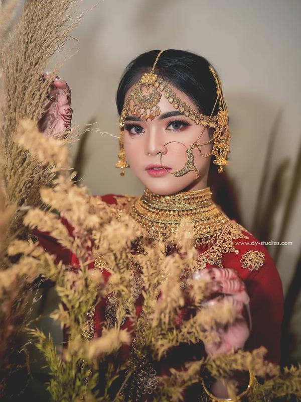 Putri DA tampil memukau dengan busana khas India. (Sumber: Instagram/@dy_photowedding)