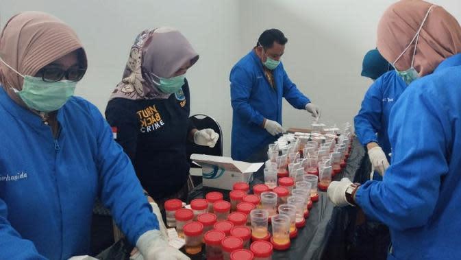 Tes urine yang dilakukan BNN Riau terhadap ratusan PNS dan honorer di Pemprov Riau. (Liputan6.com/M Syukur)
