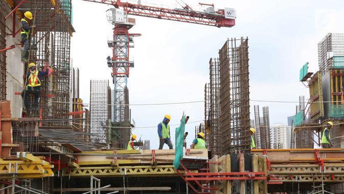 Pekerja kontruksi menyelesaikan proyek pembangunan Rusunawa Tingkat Tinggi Pasar Rumput, Jakarta, Selasa (14/11). Pembangunan dengan luas unit 36 meter persegi ini nantinya memiliki 25 lantai dengan 1.984 unit di dalamnya. (Liputan6.com/Immanuel Antonius)