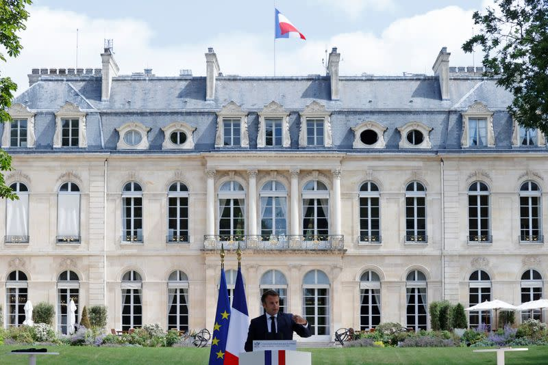 New French government to be unveiled on Monday - Elysee sources