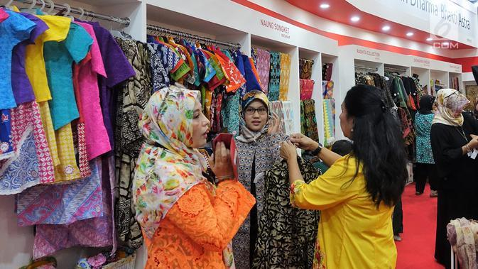 Pengunjung memilih pakaian di Naung Songket yang merupakan binaan Yayasan Dharma Bhakti Astra (YDBA) pada pameran kerajinan INACRAFT 2019 di Jakarta. Sebanyak 8 UKM binaan YDBA telah mengikuti technical meeting serta pelatihan marketing sebagai bekal dalam mengikuti pameran. (Liputan6.com/HO/Eko)