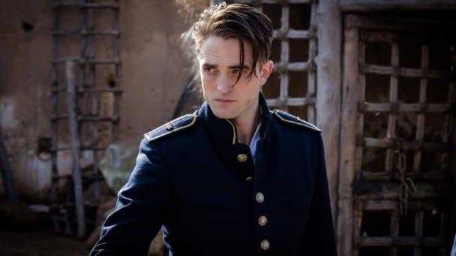 Positif COVID-19, Robert Pattinson Kepergok Ciuman Bareng Pacar