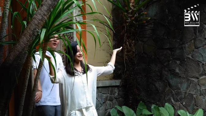 Pembawa acara Fokus Selebriti (Global TV) mengajak teman lamanya tersebut melihat-lihat halaman belakang rumahnya. (Youtube/Boy William)