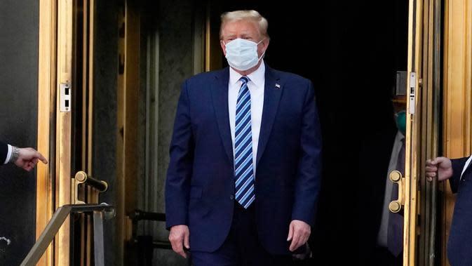 Presiden AS Donald Trump keluar dari Walter Reed National Military Medical Center di Bethesda, Maryland pada Senin (5/10/2020). Donald Trump meninggalkan rumah sakit tempat dia dirawat karena Covid-19 dan langsung kembali ke Gedung Putih yang sedang menjadi kluster infeksi baru (AP Photo/Evan Vucci)