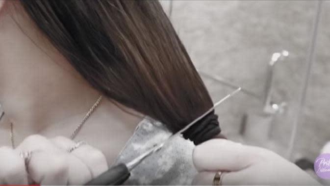Momen saat Prilly Latuconsina memotong rambutnya dengan gunting dapur (Dok.YouTube/Prilly Latuconsina)