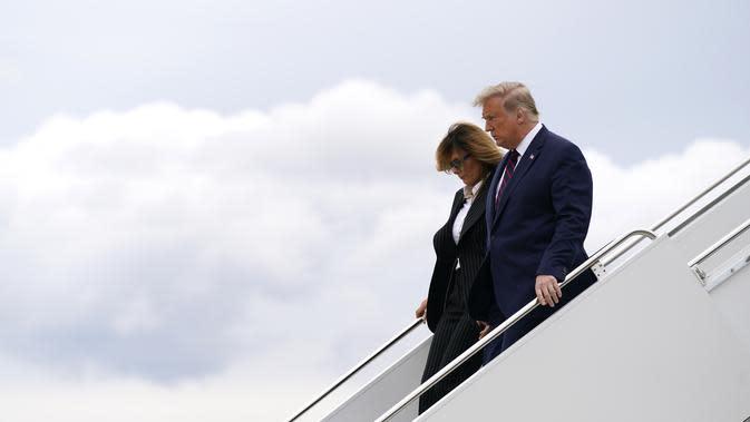 Presiden Donald Trump dan ibu negara Melania Trump tiba di Bandara Internasional Cleveland Hopkins untuk debat presiden pertama di Cleveland, Selasa, 29 September 2020. (AP Photo / Evan Vucci)