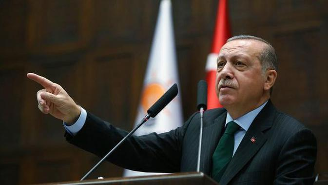 Presiden Turki Recep Tayyip Erdogan memberi keterangan saat menggelar pertemuan di Ankara, Turki (5/12). Karena kebijakan Trump soal Yerusalem, Erdogan akan memutus semua hubungan diplomatik dengan Israel. (Yasin Bulbul / Pool via AP)