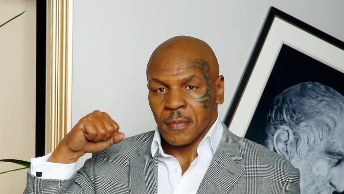 Petinju kelas berat, siapa lagi kalau bukan Mike Tyson. Ia pun begitu dekat dengan kerasnya kehidupan dan mengantarnya ke ring tinju kejuaraan dunia. Dirinya membulatkan niatnya untuk masuk Islam, dan berganti nama Malik Abdul Aziz. (AFP/Bintang.com)
