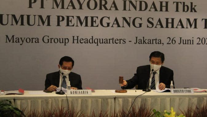 Komisaris Hermawan Lesmana dan Direktur Utama Andre Sukendra Atmadja dalam Rapat Umum Pemegang Saham Tahunan PT Mayora Indah Tbk, Jumat (26/6). Dok Mayora