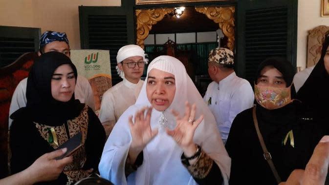 Perwakilan Keluarga Kasultanan Cirebon Ratu Mawar Kartina memberi keterangan pers usai melakukan aksi penolakan ditengah prosesi jumenengan Sultan Sepuh XV PRA Luqman Zulkaedin di Keraton Kasepuhan Cirebon. Foto (Istimewa)