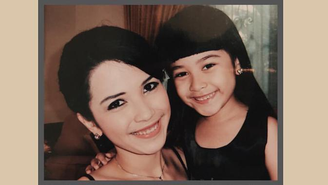 Gadis yang akrab disapa Chilla ini terkenal lewat perannya sebagai Nadine, anak dari Mischa (diperankan oleh Dinda Kanyadewi) dalam sinetron Cinta Fitri. (Liputan6.com/IG/@ashirazamita)