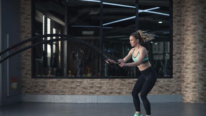 Ilustrasi olahraga yang mengangkat beban berat. Credit: pexels.com/LiSun