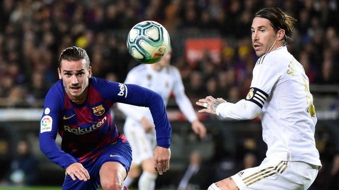 Duel Antoine Griezmann dan Sergio Ramos dalam laga Barcelona vs Real Madrid di Camp Nou (19/12/2019). (AFP/Jose Jordan)
