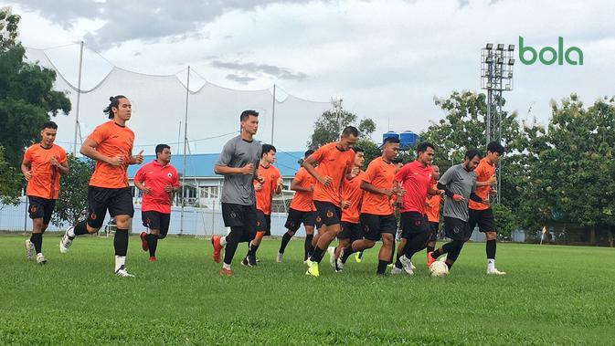 Skuat Persija menggelar latihan perdana jelang musim 2020 di Lapangan Sutasoma, Halim Perdanakusuma, Senin (13/1/2020). (Bola.com/Benediktus Gerendo Pradigdo)