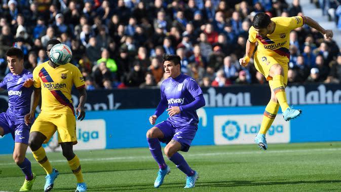 Proses terjadinya gol yang dicetak striker Barcelona, Luis Suarez, ke gawang Leganes pada laga La Liga Spanyol di Estadio Municipal Butarque, Leganes, Minggu (23/11). Leganes kalah 1-2 dari Barcelona. (AFP/Pierre-Philippe Marcou)