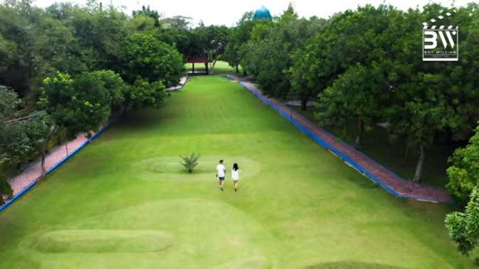 Tidak sembarangan, lapangan golf yang biasa digunakan oleh keluarganya itu memiliki empat hole. Menurutnya, selain anggota keluarganya suka golf, lapangan ini dibuat karena ayahnya yang sering menghabiskan waktu berjam-jam ketika main golf. (Youtube/Boy William)