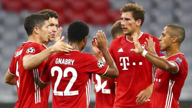 Para pemain Bayern Munchen merayakan kemenangan atas Chelsea pada laga Liga Champions di Allianz Arena, Sabtu (8/8/2020). Bayern Munchen menang 4-1 atas Chelsea. (AP/Matthias Schrader)
