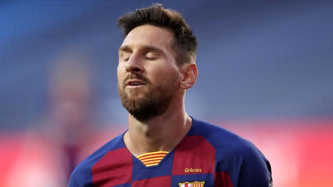 Striker Barcelona, Lionel Messi, tampak kecewa usai ditaklukkan Bayern Munchen pada laga perempat final Liga Champions di Estadio da Luz, Sabtu (15/8/2020). Barcelona takluk 2-8 dari Bayern Munchen. (Manu Fernandez/POOL/AFP)