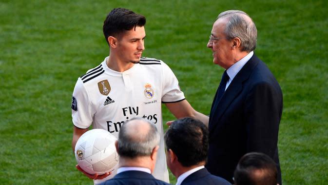 Pemain baru Real Madrid, Brahim Diaz berbincang dengan Presiden Florentino Perez saat perkenalan dirinya di stadion Santiago Bernabeu (7/1). Pemain 19 tahun ini dikontrak Real Madrid hingga 30 Juni 2025. (AFP Photo/Gabriel Bouys)