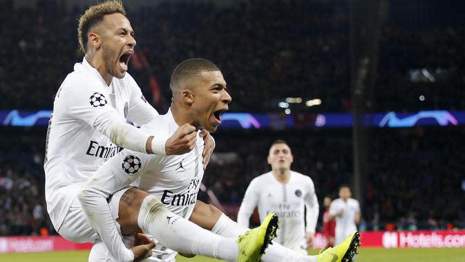 Pemain Paris Saint Germain (PSG), Neymar dan Kylian Mbappe, melakukan selebrasi usai mebobol gawang Liverpool pada laga Liga Champions di Stadion Parc des Princes, Paris, Rabu (28/11). PSG menang 2-1. (AP/Thibault Camus)