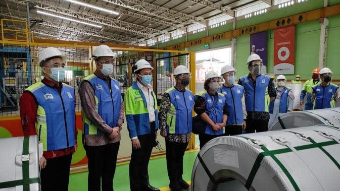 Kepala BPPI Kementerian Perindustrian, Doddy Rahardi berfoto bersama dengan Direksi PT Tata Metal Lestari seusai melakukan pelepasan ekspor 100 kontainer baja berlapis aluminium. (Dok Kemenperin)