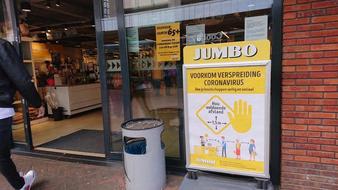 Tiap supermarket atau toko wajib peringatkan pengunjung untuk jaga jarak sejauh 1.5 meter dengan memasang pengumuman di pintu masuk. ( Foto : Yuke Mayaratih)