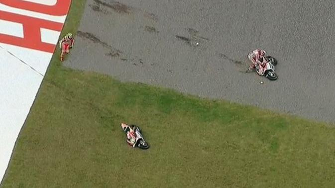 Dua pebalap Ducati, Andrea Dovizioso dan Andrea Iannone, bertabrakan di tikungan terakhir jelang finis MotoGP Argentina di Sirkuit Autodromo Termas de Rio Hondo, Senin (4/4/2016) dini hari WIB. (Bola.com/Twitter)