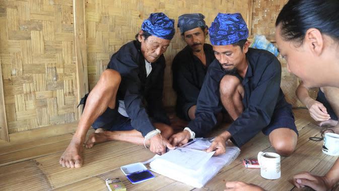 Pemuka adat Baduy membubuhkan cap jempol pada surat terbuka yang disampaikan untuk Presiden Joko Widodo. (dok. Heru Nugroho)