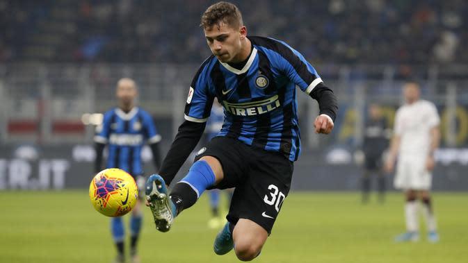 Pemain Inter Milan, Sebastiano Esposito, mengontrol bola saat melawan Cagliari pada laga Coppa Italia di Stadion Giuseppe Meazza, Rabu (15/1/2020). Inter Milan menang 4-1 atas Cagliari. (AP/Antonio Calanni)
