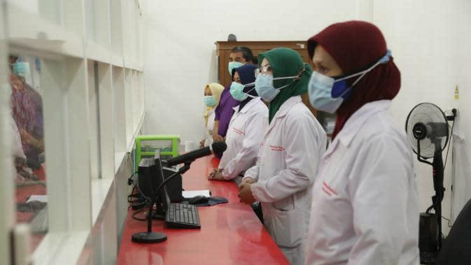 Ilustrasi pegawai di Labkesda Surabaya (Foto: Dok Istimewa)