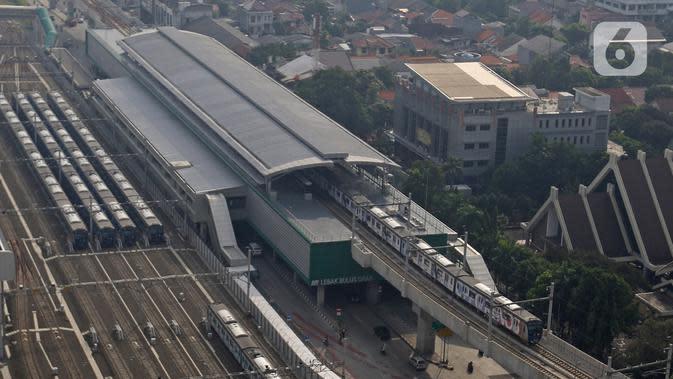 Sejumlah kereta Mass Rapid Transit (MRT) terparkir di Depo MRT Lebak Bulus, Jakarta, Selasa (9/6/2020). Mulai 8 Juni kemarin, PT MRT Jakarta mengubah jarak antar kereta (headway) untuk jam sibuk pada hari kerja adalah 5 menit dan 10 menit di jam non-sibuk. (Liputan6.com/Herman Zakharia)