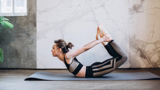 Ilustrasi pose yoga, bow pose atau Dhanurasana. (dok. pexels/Elly Fairytale)