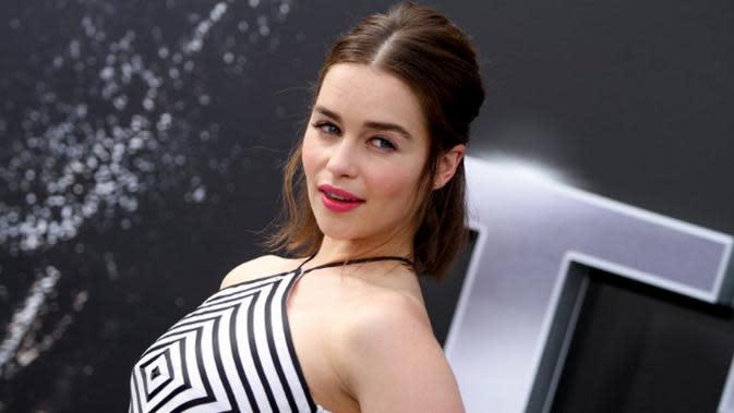 Emilia Clarke memang dikenal hebat saat beradegan intim di serial Game of Thrones. Rupanya beberapa artis Hollywoood ini juga punya cerita yang sama (AP Photo)