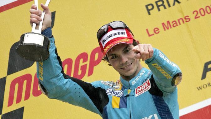 Pebalap Australia, Chris Vermeulen, memamerkan trofi di podium setelah memenangi balapan basah MotoGP Prancis di Le Mans pada 2007. (motogp.com)