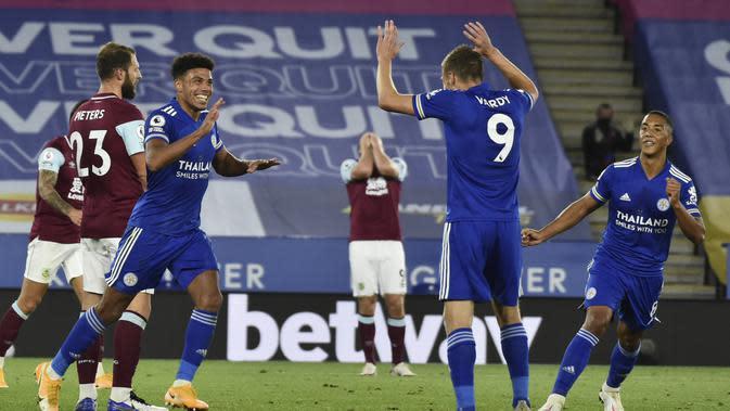 James Justin (kiri) berselebrasi setelah mencetak gol ketiga Leicester City ke gawang Burnley pada pekan kedua Liga Inggris di King Power Stadium, Senin (21/9/2020) dini hari WIB. Leicester menang 4-2. (AP Photo / Rui Vieira) , Pool)
