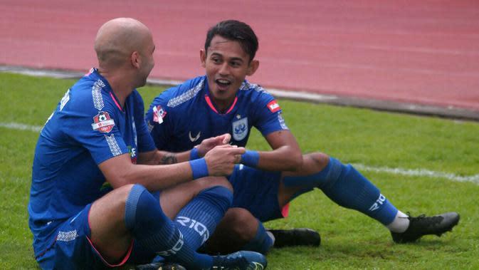 Duet penyerang PSIS, Bruno Silva (kiri) dan Hari Nur Yulianto, merayakan gol pertama ke gawang Arema di Stadion Moch Soebroto, Magelang (8/12/2019). (Bola.com/Vincentius Atmaja)