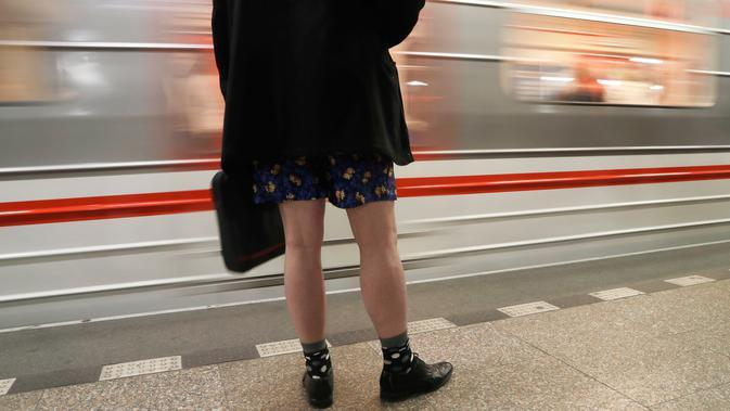 Orang-orang mengambil bagian dalam No Pants Subway Ride di Praha, Republik Ceko pada Minggu (12/1/2020). Untuk tahun ini, acara naik kereta tanpa celana itu dilangsungkan serentak di sejumlah kota dunia pada 12 Januari. (AP Photo/Petr David Josek)
