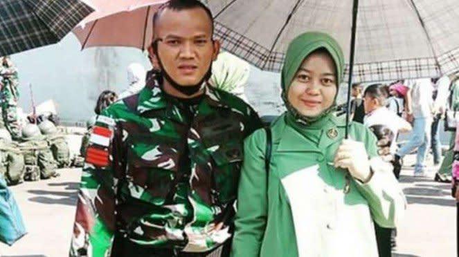 VIVA Militer: Praka Saiful bersama istri sebelum berangkat ke medan operasi.