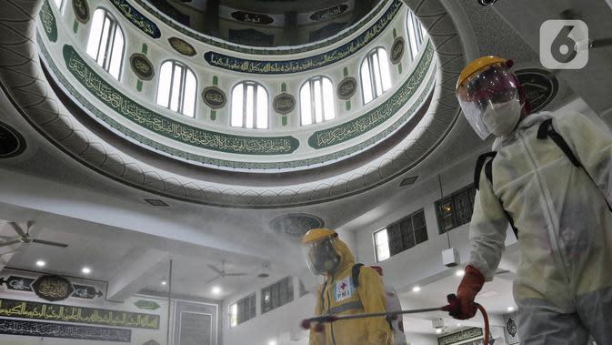 Petugas PMI menyemprotkan cairan disinfektan di Masjid Agung Al Azhar, Jakarta, Rabu (3/6/2020). Penyemprotan tersebut untuk mencegah penyebaran virus corona COVID-19 di rumah ibadah jika nantinya kembali dibuka untuk umum saat pemberlakuan new normal. (Liputan6.com/Johan Tallo)
