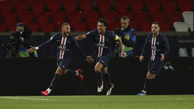 Penyerang PSG, Neymar (kiri) berselebrasi usai mencetak gol ke gawang Borussia Dortmund pada pertandingan leg kedua babak 16 besar Liga Champions di stadion Parc des Princes, Paris, Prancis (12/3/2020). PSG menang 2-0 atas Dortmund dan melaju ke perempat final. (UEFA via AP)