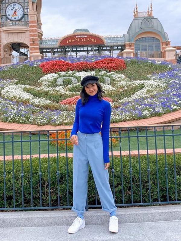 Di beberapa kesempatan, pesinetron cantik ini memang kerap tampil modis. Gaya penampilannya saat berlibur terlihat kece. Nadya Arina memilih sweater biru yang dipadukan dengan celana jeans. Topi yang dipakai pun menambah penampilannya terlihat keren. (Liputan6.com/IG/@nadyaarina)