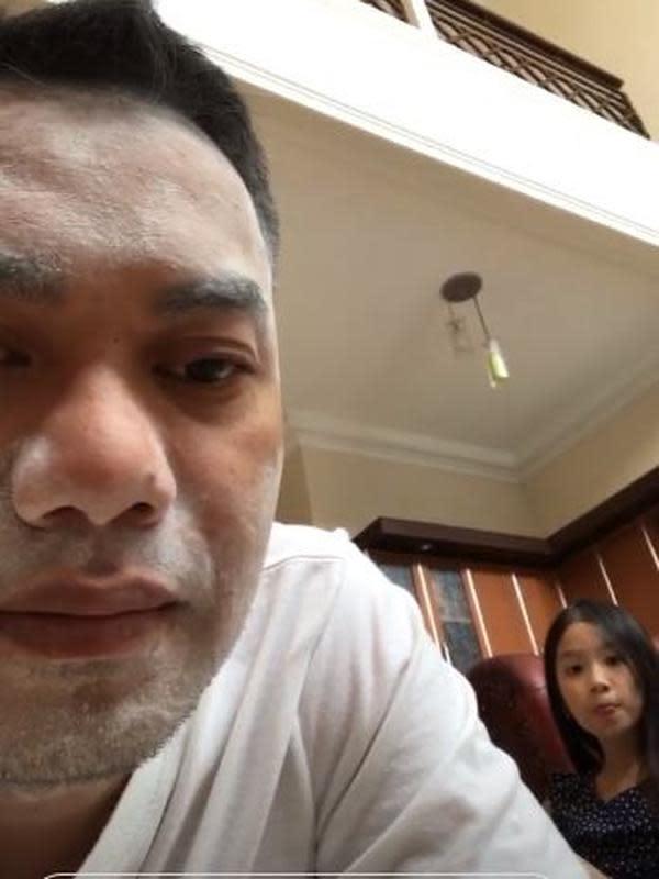 Sirajuddin suami Zaskia Gotik sedang didandani putrinya. (Instagram/@sirajuddinmahmudsabang)