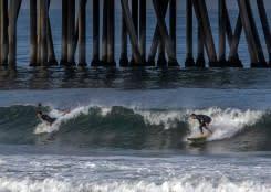 Berselancar dan berjemur untuk tes ombak saat California tutup Huntington Beach