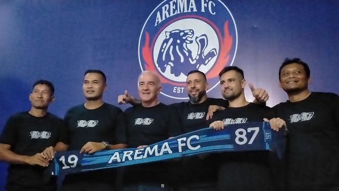 Tim pelatih Arema FC musim 2020 (dari kiri ke kanan), Singgih Pitono, Charis Yulianto, Mario Gomez, Marcos Gonzales, Felipe Americo, dan Kuncoro. (Bola.com/Iwan Setiawan)