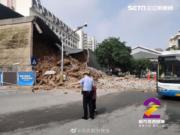 因連日豪雨影響,西安知名王府古蹟城牆倒塌。(圖/翻攝自陝西都市快報)