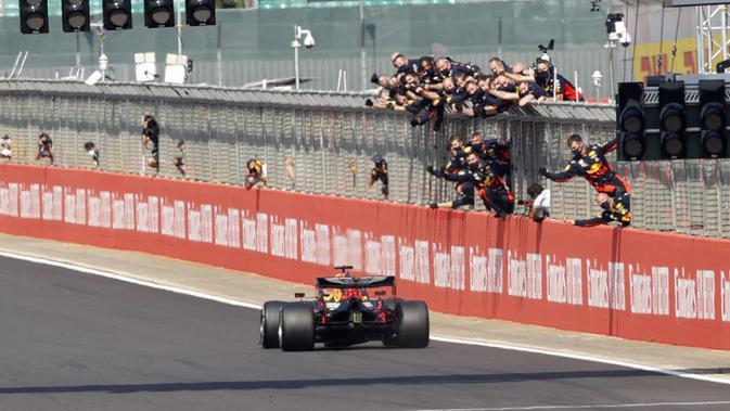 Pembalap Red Bull Max Verstappen mengemudikan mobilnya memasuki garis finish pada 70th Anniversary Formula 1 Grand Prix di Sirkuit Silverstone, Silverstone, Inggris, Minggu (9/8/2020). Max Verstappen sukses menjadi yang tercepat dalam F1 GP Silverstone 2020. (Andrew Boyers, Pool via AP)
