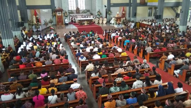 Misa Penasbihan Uskup Ruteng, Mgr. Siprianus Hormat, Pr di Gereja Katedral Ruteng sudah berlangsung, Kamis (19/3/2020) pagi. (Liputan6.com/Ola Keda)
