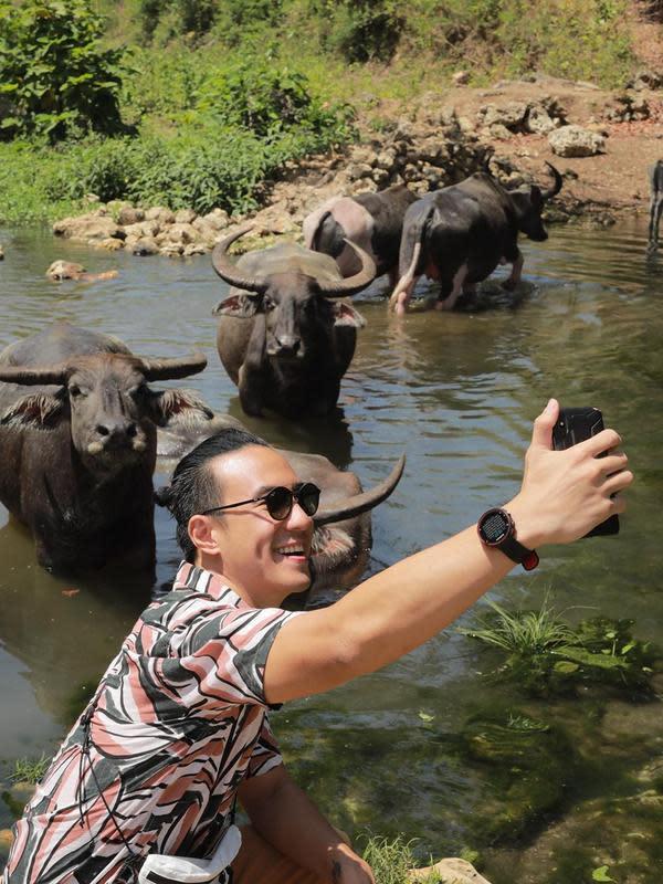 Presenter ini mengungkapkan banyak pengalaman baru dan tak terlupakan pada liburan kali ini. Saat sedang berkeliling di perkampungan Sumba Barat, ia mendapati kerbau yang berkumpul di sungai. (Instagram/vjdaniel)