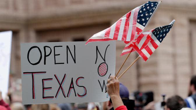 Pengunjuk rasa berdemonstrasi menentang penanganan Texas terhadap pandemi COVID-19 di Texas State Capitol di Austin, Texas, Sabtu (18/4/2020). Mereka menentang perintah tinggal di rumah yang ditujukan mencegah penyebaran COVID-19 dan berkumpul untuk memprotes peraturan lockdown. (AP/Eric Gay)